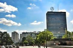Logotipo de Mercedes Benz en el tejado de un alto edificio de la subida Imagen de archivo