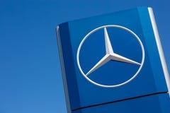 Logotipo de Mercedes-Benz en fondo azul Fotografía de archivo