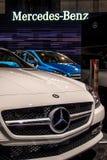 Logotipo de Mercedes en el coche blanco de Mercedes foto de archivo