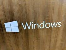 Logotipo de Microsoft Windows en el panel de madera del grano Fotografía de archivo libre de regalías