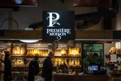 Logotipo de Moisson da premier na frente de uma padaria local de Montreal, Quebeque A premier Moisson é uma corrente canadense da imagem de stock