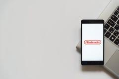 Logotipo de Nintendo en la pantalla del smartphone Imagen de archivo libre de regalías