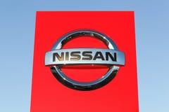 Logotipo de Nissan em um painel fotografia de stock royalty free