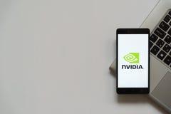 Logotipo de Nvidia en la pantalla del smartphone Foto de archivo libre de regalías