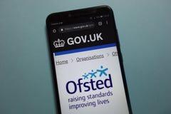 Logotipo de OFSTED no governo gov do Reino Unido Web site oficial britânico indicado no smartphone foto de stock royalty free