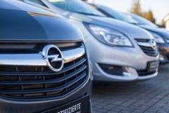 Logotipo de Opel em um carro em um concessionário automóvel de Opel em Alemanha fotografia de stock royalty free