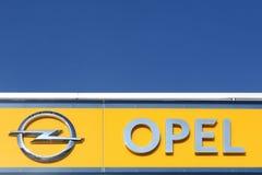 Logotipo de Opel en una pared Foto de archivo