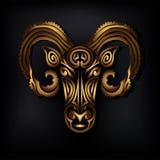 Logotipo de oro de la cabeza del Ram aislado en fondo negro Foto de archivo libre de regalías