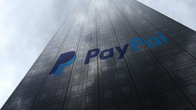 Logotipo de Paypal em nuvens refletindo de uma fachada do arranha-céus Rendição 3D editorial Imagens de Stock Royalty Free