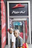 Logotipo de Pizza Hut em uma placa de propaganda na entrada de um mal de compra Imagem de Stock