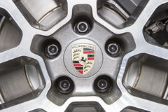 Logotipo de Porsche en la rueda fotografía de archivo