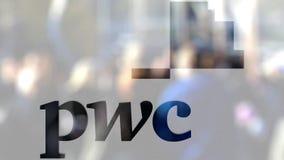 Logotipo de PricewaterhouseCoopers PwC sobre un vidrio contra la muchedumbre borrosa en el steet Representación editorial 3D almacen de metraje de vídeo