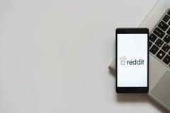 Logotipo de Reddit en la pantalla del smartphone Fotografía de archivo