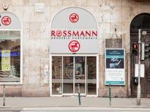 Logotipo de Rossmann em uma de suas lojas para Hungria Rossmann é um tipo alemão de Cosmectics e de farmácia desenvolvido na Euro imagens de stock royalty free