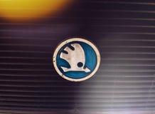 Logotipo de Skoda en el coche viejo foto de archivo