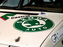 Logotipo de Skoda no carro velho imagens de stock