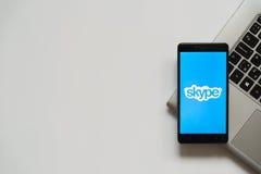Logotipo de Skype en la pantalla del smartphone Imágenes de archivo libres de regalías