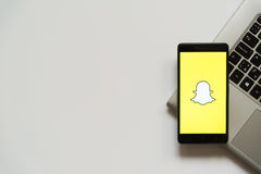 Logotipo de Snapchat en la pantalla del smartphone Fotos de archivo libres de regalías