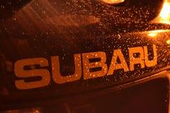 Logotipo de Subaru en el coche imagenes de archivo