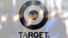 Logotipo de Target Corporation sobre un vidrio contra la muchedumbre borrosa en el steet Representación editorial 3D stock de ilustración