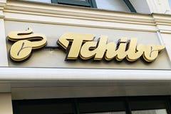 Logotipo de TCHIBO en fachada Imágenes de archivo libres de regalías