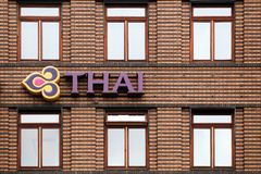 Logotipo de Thai Airways en un edificio foto de archivo libre de regalías