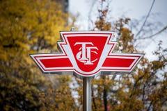 Logotipo de TTC en la entrada de una estación de metro en Toronto céntrico, Ontario fotografía de archivo libre de regalías