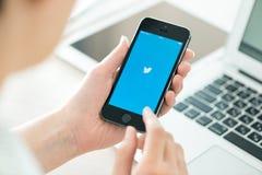 Logotipo de Twitter en el iPhone 5S de Apple Imagen de archivo libre de regalías