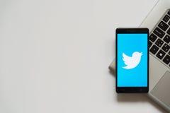 Logotipo de Twitter en la pantalla del smartphone Imágenes de archivo libres de regalías