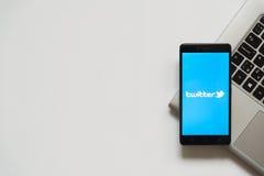 Logotipo de Twitter na tela do smartphone Fotos de Stock