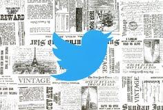 Logotipo de Twitter puesto en fondo retro del periódico fotos de archivo libres de regalías