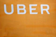 Logotipo de Uber em Huawei P9 Uber ? servi?o da compartilhar-economia para o transporte do ubran imagem de stock royalty free