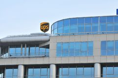 Logotipo de UPS, muestra en la pared del edificio de oficinas fotografía de archivo