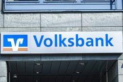 Logotipo de VOLKSBANK en fachada Fotos de archivo libres de regalías