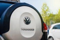 Logotipo de Volkswagen Touragen en la parte posterior de una n SUV en el deale del coche Imagenes de archivo