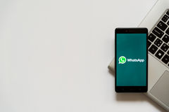 Logotipo de Whatsapp en la pantalla del smartphone Fotos de archivo libres de regalías