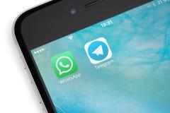 Logotipo de WhatsApp y del telegrama en la pantalla Imágenes de archivo libres de regalías