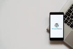 Logotipo de Wordpress en la pantalla del smartphone Fotos de archivo