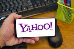 Logotipo de Yahoo en el teléfono foto de archivo