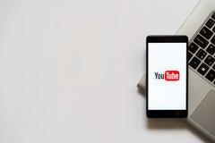 Logotipo de YouTube en la pantalla del smartphone Foto de archivo libre de regalías