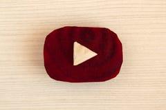 Logotipo de YouTube hecho de pedazos de remolachas y de col en el fondo de madera blanco, visión superior Fotografía de archivo