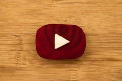 Logotipo de YouTube hecho de pedazos de remolachas y de col en el fondo de madera, visión superior fotografía de archivo
