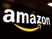 Logotipo del Amazonas en la pared brillante negra en Honolulu fotografía de archivo libre de regalías