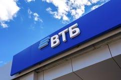 Logotipo del banco ruso de VTB contra el cielo azul Imagen de archivo libre de regalías