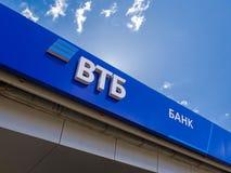 Logotipo del banco ruso de VTB contra el cielo azul Imágenes de archivo libres de regalías