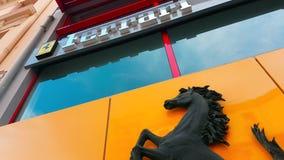 Logotipo del caballo del negro de Ferrari que se encabrita y del texto de Ferrari almacen de metraje de vídeo