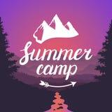 Logotipo del campamento de verano Emblema del campamento de verano Tipografía de las letras del diseño en fondo del paisaje de la Fotos de archivo