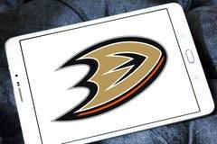 Logotipo del club del equipo de hockey del hielo de los Anaheim Ducks imagenes de archivo