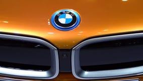 Logotipo del coche de BMW en el coche del automóvil descubierto i8 almacen de metraje de vídeo