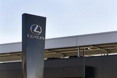 Logotipo del coche de Lexus delante de la representación que construye el 25 de febrero de 2017 en Praga, República Checa Foto de archivo